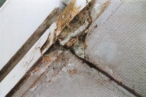 Bilder oben: Eine schadhafte Abdichtung der Brüstungsträger sorgte bei diesem Balkon für Rostbildung an den Stützen und der Armierung, was wiederum zu Rissen und Abplatzungen in der Beton-Kragplatte führte<br /><br />