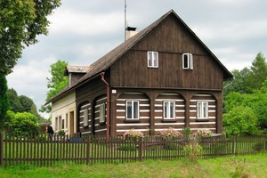 Die Haushälfte, in der die Bohlenstube steckt, ist ganz aus Holz, der anschließende Wirtschaftsteil massiv erbaut. Die Kastenfenster der Bohlenstube sind mittig in der Wandfläche zwischen den Umgebindebögen eingebaut<br />Fotos: Thomas Wieckhorst<br />