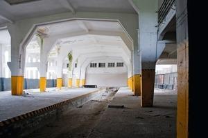 Die große Verladehalle vor Beginn der Sanierungs- und Umbauarbeiten. Gut zu sehen: Die Schneise in der Mitte, in der einst die Züge einfuhren<br />