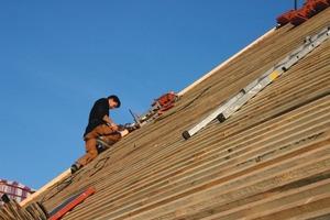 Auf dem Dach des Ansitzes verlegten die Handwerker wieder die alten Biberschwanzziegel<br />