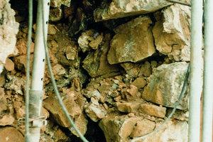 Gegenüberliegende Seite von links: In diesem Schadensbild ist der Aufbau des Schalenmauerwerks gut zu erkennenDaneben: Ein 6cm breiter Riss in einem Schalenmauerwerk, der später vernadelt und verpresst wurde