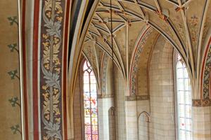 Links: Ranken- und Blattornamentmalerei an der Gewölbedecke