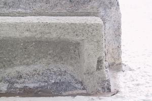 Links: An den Unterkanten der Fensterstürze wurden Tropfkanten angebracht