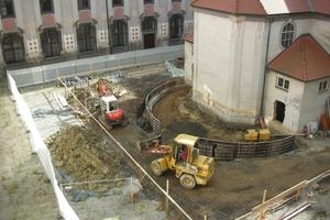 Vorbereitende Arbeiten für den Anbau am Chor der im Klosterhof erbauten Kirche<br />