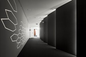 Gestaltungselemente, wie selektierte und vertikal beleuchtete Wandscheiben (hergestellt von Baumgärtner Einrichtungen aus Haßfurt), strahlen Modernität aus