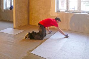 Die Fliesendämmplatte FDP 558 wird vollflächig verklebt, um auch kritische Untergründe tragfähig für dünnschichtige Fußbodenheizungen zu machenFoto: Sopro