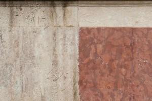 Nach der Reinigung (rechts) tritt die natürliche Gesteinsoberfläche wieder zu Tage und erscheint in ihrer ursprünglichen Farbgebung