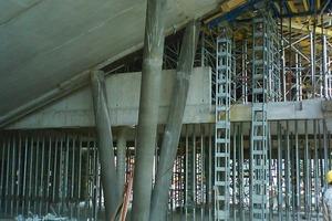 Über dem Foyer steigt die Unterseite des Theatersaals schräg an. Die aus Betonfertigteilen montierte Schräge wird von Schrägstützen aus Schleuderbeton gehalten<br />