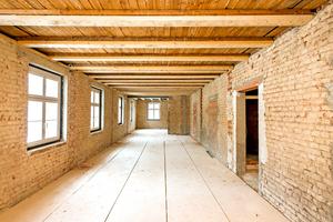 Bereit zur Sanierung: Die freigelegte Bausubstanz besteht aus Ziegelmauerwerk und Holzbalkendecken