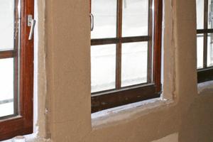 Rechts: Dämmung der Fensterlaibungen mit Laibungsplatten aus dem System