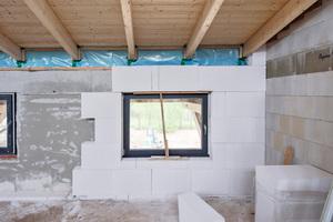 Oben links: Eine Innendämmung war die einzige Möglichkeit, den Wärmeschutz der Backsteinaußenwände zu verbessern. Zum Einsatz kamen Multipor Mineraldämmplatten von Xella
