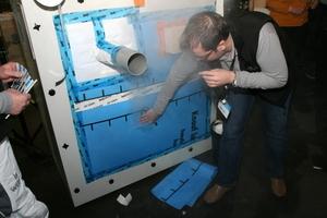 Der Luftdichtigkeitstest startet: an einer Leckage tritt weißer Rauch aus, der Schnitt wird mit einem Klebeband abgedichtet