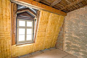 """Rechts: An den Dachschrägen wurde mit mineralischem Faserdämmstoff gearbeitet<span class=""""bildnachweis"""">Fotos: Knauf Aquapanel / Ekkehard Reinsch</span>"""