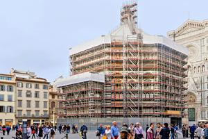 """Das """"Allround""""-Gerüst folgt der achteckigen Form der Florentiner Taufkirche<span class=""""bildnachweis"""">Fotos: Layher</span>"""