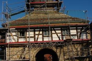 Links: Im Zusammenhang mit der inneren Umgestaltung wurde auch die Außenhülle des Torhauses saniert<br />