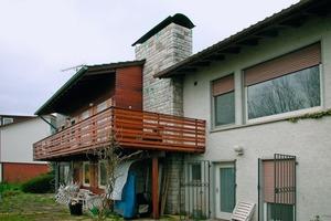 Das 1959 erbaute Holzhaus vor der Sanierung und (Bild oben) nach dem Umbau zum Passivhaus<br /><br />Bilder auf gegenüberliegender Seite oben: Anlieferung und Montage der Holzelemente<br />