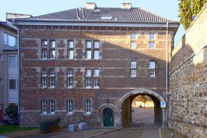 Die Ostseite des Abteitors wurde im Krieg zerstört. Die heutige Fassade stammt aus den 1950ern und wurde von Leo Hugot entworfen