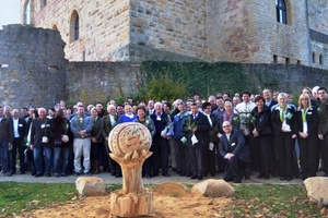 Abschlussfoto der Gäste und Inthermo-Mitarbeiter vor dem Hambacher Schloss. Im Bildvordergrund die Holzskulptur<br />