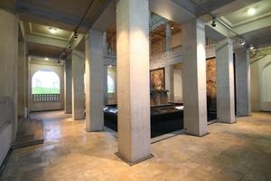 Im Erdgeschoss ist das Megalithgrab von eckigen Säulen umgeben<br />