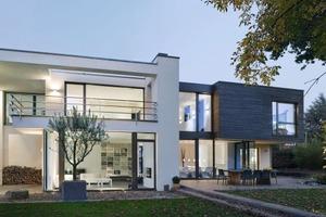 Mit ihrem zweigeschossigen Neubau interpretieren die Architekten vom Büro Vonhoegen Architekten aus Würselen das klassische Thema der Villa in Holzrahmenbauweise neu. Dafür gab es einen der drei Preise beim Rettenmeier-Zunftholzpreis