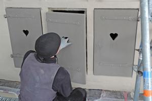 """Die in der Werkstatt aufgearbeiteten Holzklappläden werden in die Luken wieder eingebaut<span class=""""bildnachweis"""">Fotos: Kramp &amp; Kramp</span>"""
