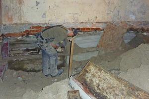 Für die Absenkung des Kellers mussten die Handwerker die Backsteinaußenmauern freigraben und mit Beton abschnittweise unterfangen<br />Fotos (2): Emanuel Czakan / Hauer Architekten<br />