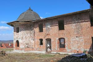 Oben: Zustand des  Gebäudes vor der  Sanierung Foto: Architekturbüro M. Brodmann, Neuötting