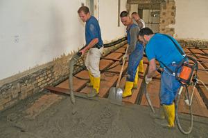Mit Hilfe einer Betonpumpe bringen die Facharbeiter der Firma Bawo den Aufbeton C 20/25 zügig aus und verdichten ihn<br />Foto: Wienerberger / Gerhard Zwickert<br />
