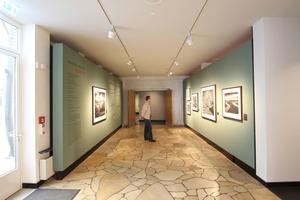 Mit Mosik verkleideter Eingang in das ehemalige Kino im Erdgeschoss