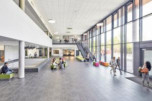 Raumhoch verglast: die Pausenhalle im neuen HauptgebäudeFotos: Ulrich Hoppe