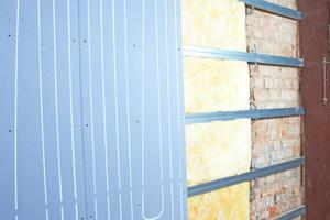 Mitte: Trockenbau-Wand- und Deckenheizungen erlauben aufgrund ihrer geringen Rohrüberdeckung besonders geringe Vorlauftemperaturen bei maximalen Oberflächentemperaturen nach DIN 1264 von etwa 35 °C