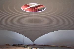 Darunter: An die aus vier Ringen bestehende Kuppel schließen sich die Ecken an, welche die Kuppel optisch unter Spannung setzen