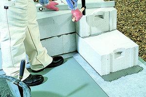 """Oben links: Die Mauerwerkssperre sollte auf der Ebene des Fundamentes verlegt werden. Dabei erlaubt ein Überstand an beiden Seiten den problemlosen Anschluss der Flächenabdichtung<br />Daneben: Bei fehlendem Überstand kann der Handwerker die Mauerwerkssperre durch Auftrag einer Bitumenmasse auf dem Boden """"verlängern"""". Noch sicherer ist die im Bild gezeigte Ausführung mit einer hochgezogenen Fußbodenabdichtung"""