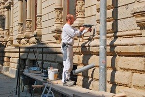 Zur Wiederherstellung der Sandsteinfassade nutzen die Handwerker auch historische Bauunterlagen und Fotos als Referenzen<br />