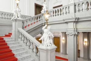 Mit Gipsputz aufwendig nach historischen Vorlagen restaurierte Oberflächen der Englischen Treppe