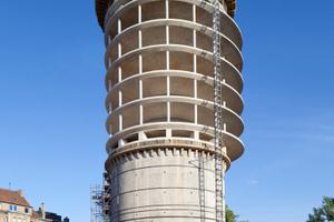 Das heute höchste Bürogebäude der Stadt wächst auf dem Bunker in Stahlbetonbauweise in Paketen zu je fünf Geschossen in die Höhe