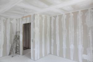 Fertig montierte Trennwand. Die Stöße verspachteln die Eigentümer selbst, was bei den planebenen Wänden problemlos möglich ist