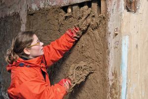 Aufbringen des Lehmputzes: Um den historischen Charakter der Domkurie zu erhalten, wurden die meisten Sanierungsarbeiten von Hand ausgeführt<br />Fotos: Henrik Hempelmann<br />
