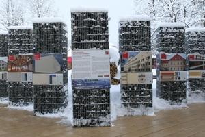 Gabionen zeigen vor dem Kongressgebäude Bauspiele zum Teil recht kreativer Putzoberflächen