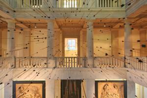 """Spektakulär im Atrium des Museums mit einem Pfeilschauer inszeniert: die Sonderaustellung """"3300 BC – Mysteriöse Steinzeittote und ihre Welt"""""""
