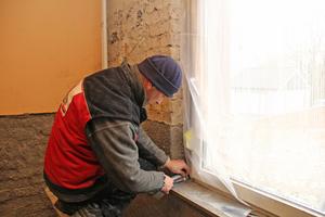 Sauberes Arbeiten ist Pflicht: Hier werden Fenster und Fensterbank vor Verschmutzungen geschützt
