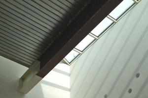 Durch das Oberlicht fällt Streiflicht auf die Putzoberfläche
