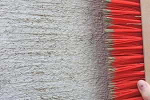 Rechts: Bei mehrlagigen Putzschichten muss man die Oberfläche nach dem Ansteifen mit dem Besen aufrauen