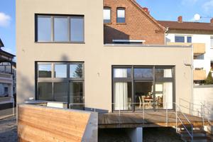 Der Anbau öffnet sich auf der Gebäuderückseite des Altbaus mit großen Fenstern zum Garten<br />Foto: Thomas Spooren