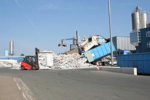 Materialanlieferung im Recyclingwerk der Veka Umelttechnik<br />