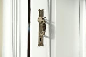 Türgriff einer gestemmten Rahmentür im Wohnhaus in Saarbrücken<br />