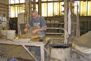 Links: Herstellung der für die Fassadensanierung erforderlichen Handformziegel<br />