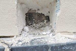 Links: Horizontale Kompribänder oder Fugenmassen sind nicht dauerhaft wasserdicht