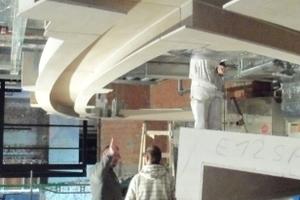 Die integrierten Leuchtenkanäle erforderten von den Trockenbauern eine große Montagegenauigkeit sowohl bei den Abhänge- und Unterkonstruktionen als auch bei der Ausbildung der geschwungenen Lochdecken<br />Fotos (3): TM Ausbau