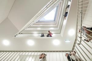 35 Wohnungen werden von breiten Treppen erschlossen, die an Wiener Gründerzeit-Stiegenhäuser erinnern